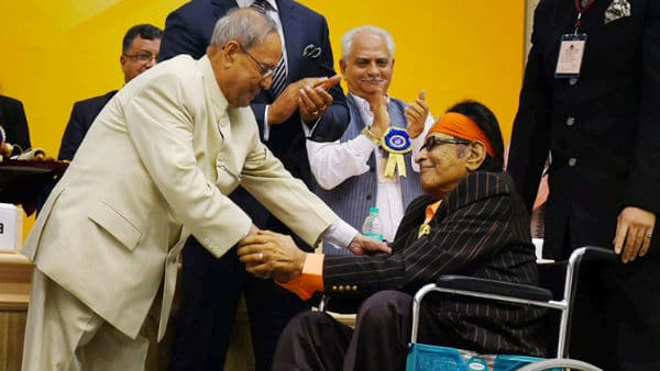 Manoj Kumar being Honoured